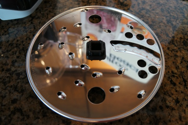 The reversible shredding/slicing disc is easy to use and store.